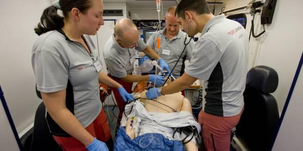 Die Leonberger Besatzung der DRF Luftrettung übt einen medizinischen Notfall am sogenannten SimMan.