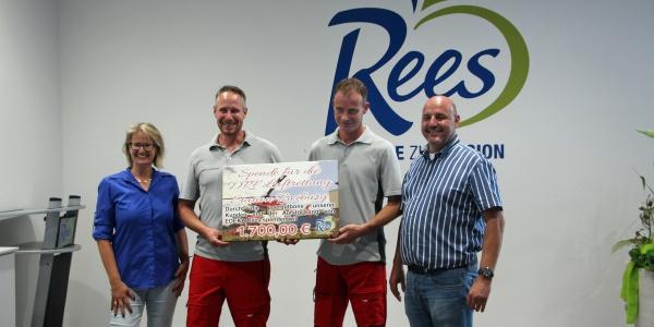 Notfallsanitäter Henning Behrens (links) und der leitende Notfallsanitäter der Freiburger Station, Ralf Mewes, nahmen den symbolischen Spendenscheck über 1.700 Euro entgegen.