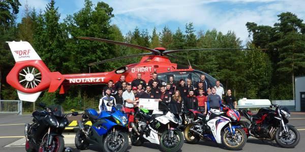 """Vertreter der  Motorrad-Gruppe """"Knieschleifer – aus Überzeugung"""" aus Weiden und Regensburg haben die Station der DRF Luftrettung in Weiden besucht und überreichten eine Spende in Höhe von 1.250 Euro."""