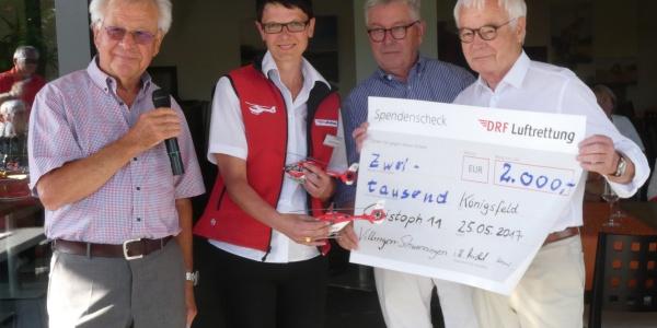 Theresia Siedle-Kneschke und Vertreter des Golfclubs bei der Spendenübergabe.