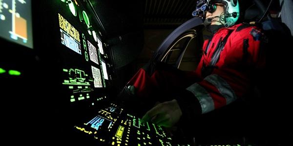 Pilot der DRF Luftrettung mit Nachtsichtgerät