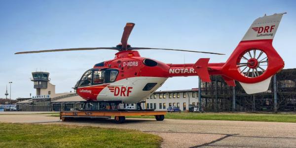 """Der Rettungshubschrauber """"Christoph 53"""" der Station der DRF Luftrettung in Mannheim führt ab sofort auch Blut- und Plasmakonserven mit. Patienten mit massiven Blutverlusten können so direkt am Einsatzort versorgt werden."""