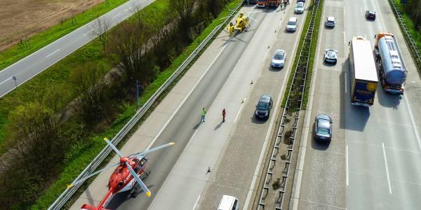 Ein Großaufgebot an Rettungskräften versorgt die verletzten Insassen des Kleinwagens. Von der DRF Luftrettung waren Christoph 51 aus Stuttgart und Christoh 41 aus Leonberg im Einsatz.