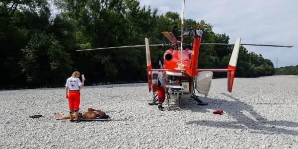 Die Stuttgarter Besatzung der DRF Luftrettung ist inmitten des Lechs im Einsatz.