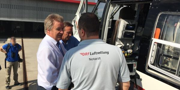 Der Minister hatte viele Fragen zum Arbeitsalltag der rot-weißen Luftretter mitgebracht.
