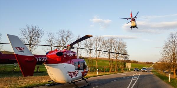 Die zwei Hubschrauber der DRF Luftrettung trafen kurz hintereinander an der Unfallstelle ein.
