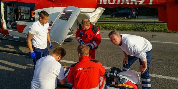 Die medizinische Besatzung von Christoph 51 bereitet die Patientin für den Transport mit dem Rettungshubschrauber vor.