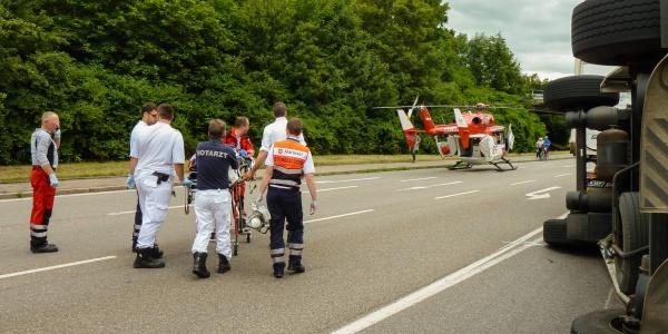 Nach der medizinischen Versorgung nehmen die Stuttgarter Luftretter den Patienten an Bord des Rettungshubschraubers auf und bringen ihn innerhalb weniger Minuten in eine Spezialklinik.