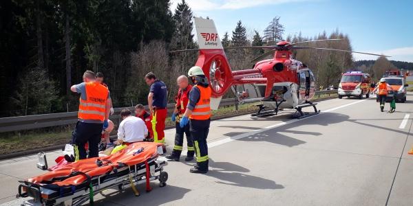 Letzte Handgriffe durch den Hubschraubernotarzt, bevor der Verletzte für den Flug ins Krankenhaus auf die Trage des Hubschraubers gebettet wird.