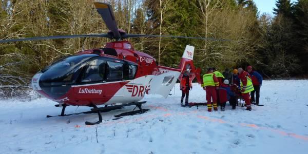 Bei Forstarbeiten wird ein Arbeiter von einem umstürzenden Baum getroffen. Unwegsames Gelände machte den  Einsatz des Suhler Rettungshubschrauber der DRF Luftrettung notwendig.