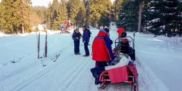 Nach dem Sturz eines Langläufers bei Oberhof transportieren ihn die Suhler Luftretter schonend ins Klinikum.
