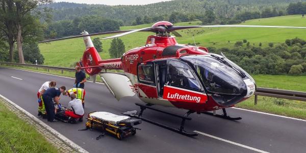 Ein Motorradfahrer wird nach Zusammenstoß mit einem Kleinbus schwer verletzt. Kurze Zeit später sind die Suhler Luftretter bereits vor Ort.