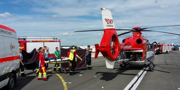 Schwere Verbrennungen trug ein Fahrer davon, als sein Fahrzeug plötzlich Feuer fing. Der Verletzte wurde an Bord von Christoph 60 in eine Spezialklinik geflogen.