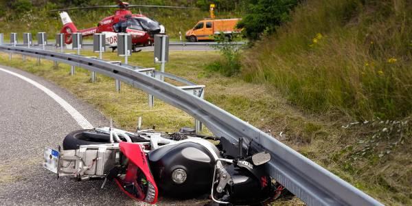 Suhler Rettungshubschrauber der DRF Luftrettung im Einsatz nach dem Motorradunfall auf der A 71.