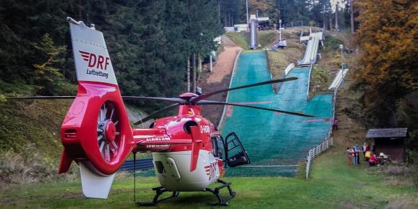 Wenige Minuten nach der Alarmierung landen die Suhler Luftretter unterhalb der Skisprungschanze und eilen zu dem verletzten Mädchen.