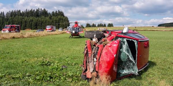 Alle drei Insassen waren im Unfallwagen gefangen und mussten von der Feuerwehr befreit werden. Dann flog ihn die Crew der DRF Luftrettung an Bord von Christoph 60 in eine Spezialklinik.