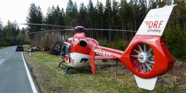 Der Suhler Rettungshubschrauber der DRF Luftrettung landet direkt an der Unfallstelle.