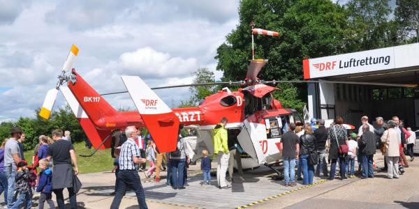 Reges Interesse am Ausstellungshubschrauber beim Tag der offenen Tür an der Station Leonberg.