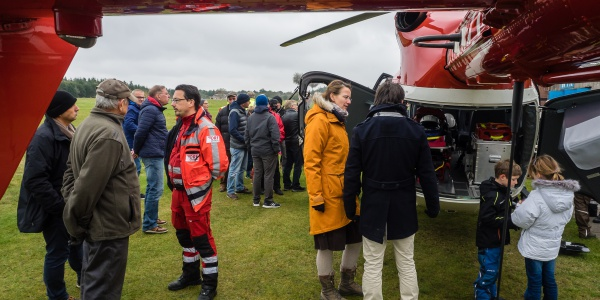 Auf der Insel Föhr nutzen zahlreiche Besucher die Gelegenheit, sich den Hubschrauber des Typs EC 145 aus der Nähe anzuschauen.