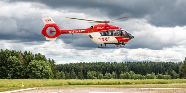 """Hubschrauber im Anflug auf einen Kliniklandeplatz. Die zeitgerechte und zielgerichtete Zentrumszuweisung ist eines der Ziele der """"Next-Best-Strategie""""."""