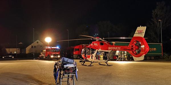Ein Mann verliert in einem Arbeitsunfall eine Hand und an der anderen einige Finger. Die Besatzung versorgt ihn und fliegt ihn zur weiteren Versorgung in eine Spezialklinik.