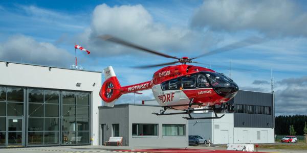 Ein Baby mit einer extrem hohen Herzfrequenz musste in einer Kinderintensivstation versorgt werden. Die Besatzung von Christoph 11 der DRF Luftrettung nahm für den Transport eine Kinderärztin und eine Kinderkrankenschwester an Bord. Symbolbild.