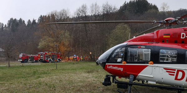 Eine langwierige Rettungsaktion zog ein schwerer LKW-Unfall bei Rohrdorf kürzlich nach sich. Die Cresw der DRF Luftrettung aus Villingen-Schwenningen flog den schwer verletzten Fahrer nach seiner Befreiung aus dem Fahrzeugwrack in eine Klinik.