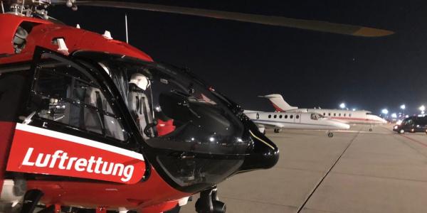 Übergabe des Organs an das Team der DRF Luftrettung am Frankfurter Flughafen.