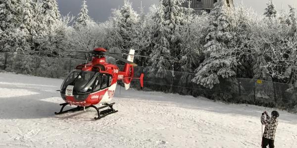 Der Weidener Rettungshubschrauber der DRF Luftrettung landete wenige Minuten nach der Alarmierung im Fichtelgebirge.