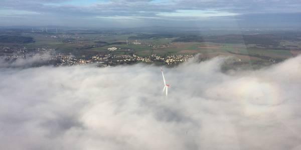 Beeindruckendes Naturschauspiel für de Besatzung: kurz vor dem Einsatzort endet die Nebelgrenze.