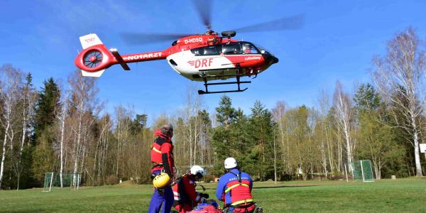 Hand in Hand: DRF Luftrettung und DRK Bergwacht Sachsen beim Windentraining.